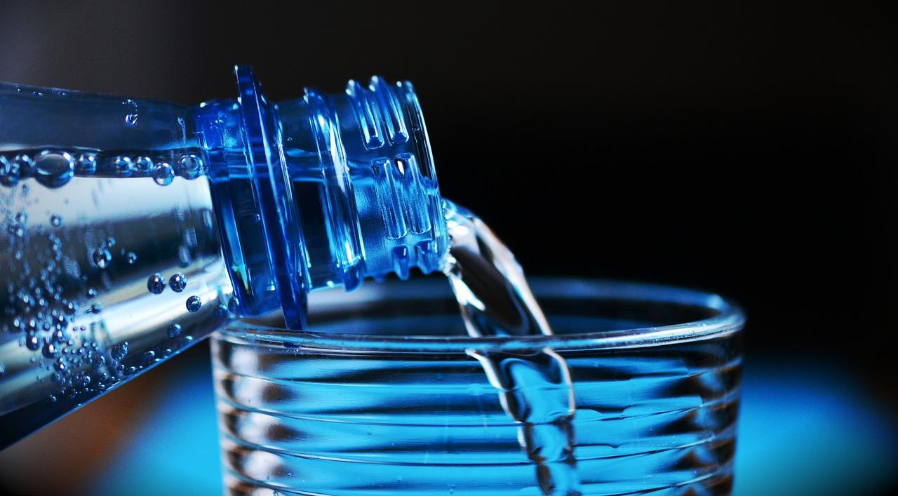 Une bouteille versant de l'eau
